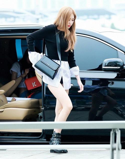 Eun Bin (CLC) là một trong những idol có đôi chân thon dài nhất, vì thế cô nàng không ngại diện mốt áo dáng dàikết hợp cùng quần shorts chỉ che đủ vòng ba.
