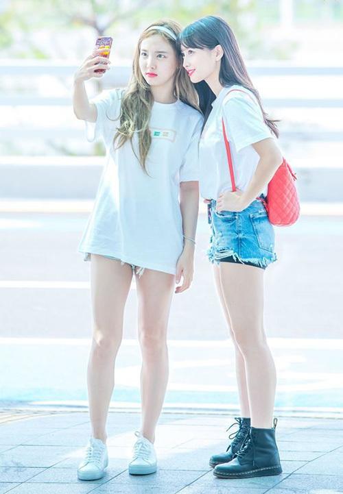 Na Yeon cố tình chọn quần shorts rách tua rua để bớt cảm giác trống trải phần dưới khi mặc áo giấu quần.