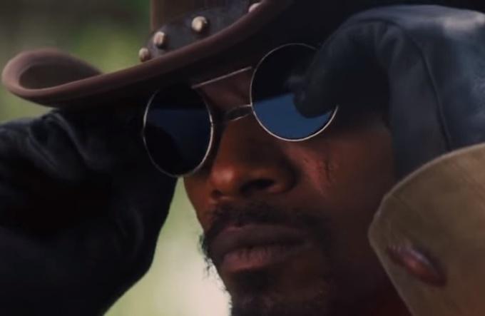 <p> <em>Django Unchain </em>của Quentin Tarantino lấy bối cảnh trước Nội chiến Mỹ. Nhân vật đeo kính râm nhưng thực tế vài thập kỷ sau đó, kính râm mới ra đời ở Mỹ.</p>