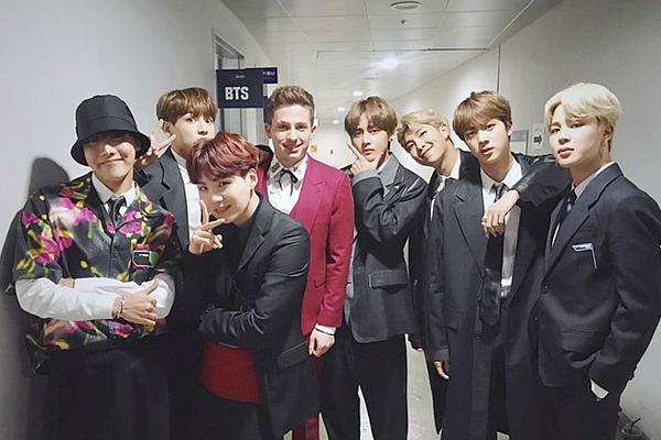 Nam ca sĩ Charlie Puth nhiều lần thể hiện tình cảm mến mộ của mình với các thành viên BTS, đặc biệt là em út Jung Kook.