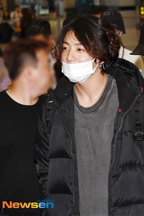 Jung Kook tươi cười với người hâm mộ. Tuần trước, anh chàng trở thành tâm điểm với tin đồn hẹn hò sau khi loạt ảnh trong kỳ nghỉbị phát tán.