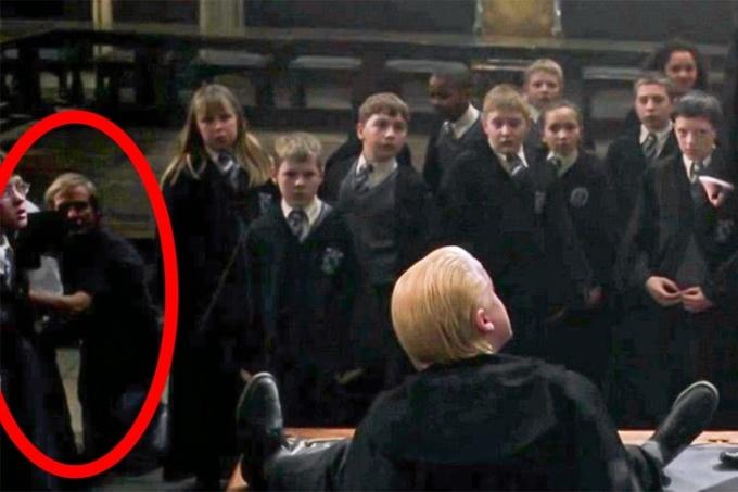 <p> Người quay phim lọt luôn vào khung hình của <em>Harry Potter và Phòng chứa bí mật.</em></p>