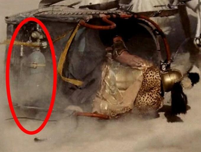<p> Phim <em>Gladiator</em> lấy bối cảnh thời La Mã cổ đại. Trong một phân cảnh, khán giả tinh mắt nhìn thấy bình gas đặt trên cỗ xe. Có lẽ, cỗ xe này đến từ tương lai vì thời cổ đại loài người chưa sáng chế ra dụng cụ này.</p>
