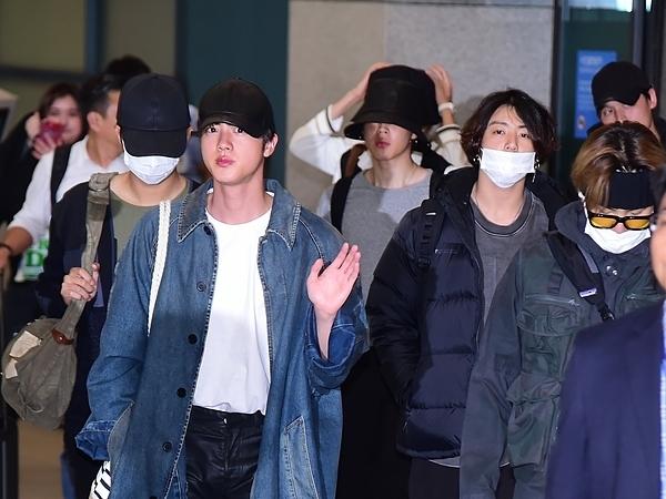 BTS đã hoàn thànhlịch trình quay show thực tế Bon Voyage mùa 4 tại New Zealand. Khi vừa xuống sân bay, 7 chàng trai đã được các phóng viên săn đón.