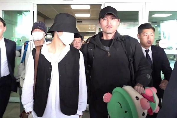 V trở về Hàn Quốc và mang theo chú heo mua tại New Zealand. Sau khoảnh khắc hài hước này, tên anh chàng và từ khóa pig doll vào top tìm kiếm tại nhiều trang mạng xã hội.