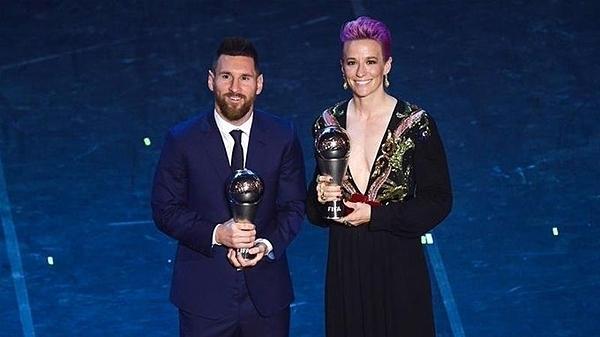 Messi chụp ảnh cùng Rapinoe, người giành giải Cầu thủ nữ xuất sắc nhất - Ảnh: FIFA