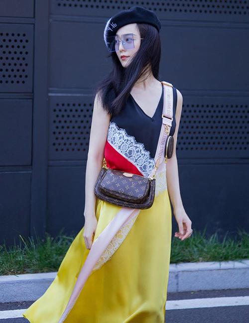 Nhiều ngôi sao Hoa ngữcũng lăng xê chiếc túi đa công dụng gần đây. Phạm Băng Băng vốn là nàng thơ của Louis Vuitton nên không thể bỏ qua sản phẩm này.
