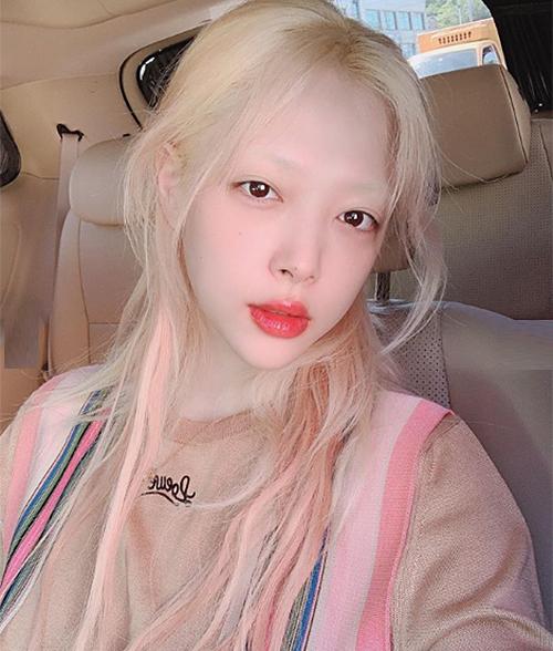 Sulli từng có thời gian đồng hành cùng kiểu tóc tẩy trắng, nhuộm màu pastel thần tiên. Cô nàng cũng ưa chuộng lối makeup lấy cảm hứng từ yêu tinh với da trắng, hàng lông mày bợt bạt.