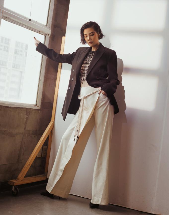 <p> Menswear là cách mặc sử dụng đồ dành cho đàn ông nhưng được biến tấu để trở nên thanh lịch phù hợp với phụ nữ. Nó đã xuất hiện từ lâu trong lịch sử thời trang thế giới. Coco Chanel, Yves Saint Laurent là những nhà mốt đi đầu xu hướng này. Đây cũng là gu thời trang được nhiều mỹ nữ Hollywood như Angelina Jolie, Salma Hayek, Emma Stone... ưa chuộng.</p>