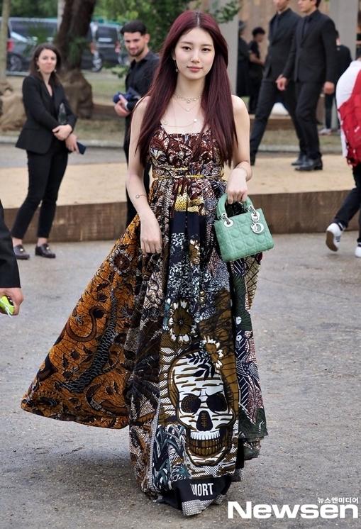 Suzy là khách mời dự show Dior ngày 24/9 (giờ địa phương) tại Paris Fashion Week. Nữ diễn viên kiêm ca sĩ diện bộ váy hai dây vừa quyến rũ vừa sang chảnh.