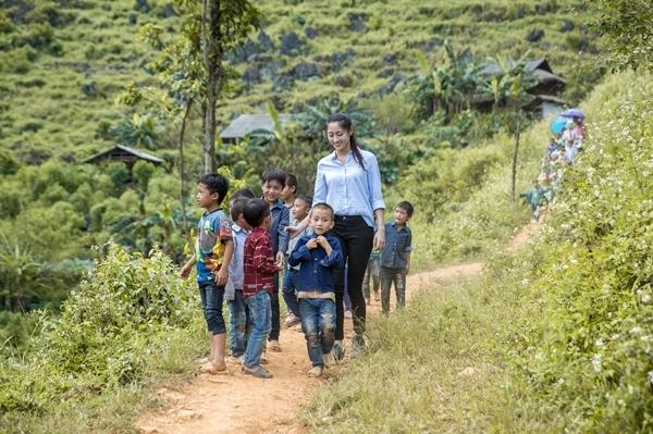 Lương Thùy Linh sẽ đắp đường để các em nhỏ xóm Lũng Lìu đi lại dễ dàng.