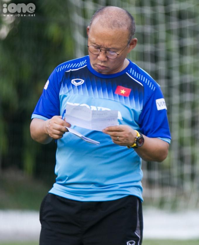 <p> ĐTVN có buổi tập luyện thứ ba tại Liên đoàn Bóng đá Việt Nam (VFF) chuẩn bị cho trận đấu thứ hai ở vòng loại World Cup 2022 khu vực châu Á. Trước buổi tập, HLV Park Hang-seo xem xét lại chiến thuật và đưa ra những bài tập phù hợp cho toàn đội.</p>