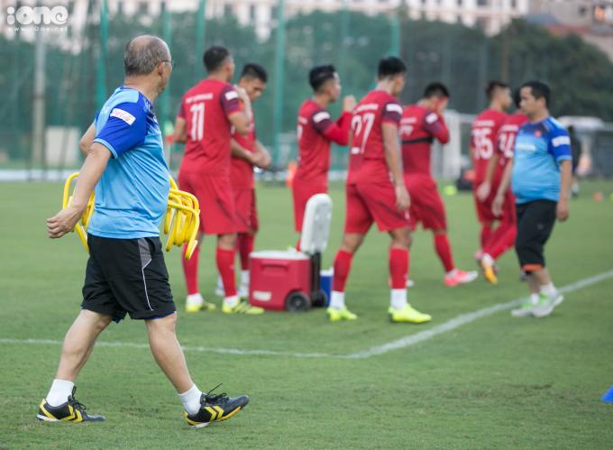 <p> Sau khi kết thúc phần khởi động, toàn bộ ban huấn luyện cùng các cầu thủ di chuyển sang khu vực khác để tập bài tiếp theo.</p>