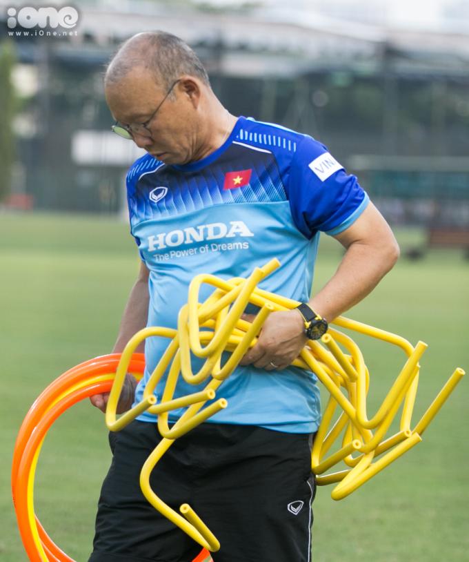 """<p> Hành động của ông Park được nhận xét rất khiến các học trò phải noi theo. Ngoài việc tạo nên những """"chiến thuật"""" trên sân cỏ, đời thường ông Park được các cầu thủ xem như một người cha luôn bảo ban, chỉ những lễ nghi cho từng cầu thủ.</p>"""