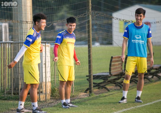 <p> Ba cầu thủ Đức Chinh, Trọng Hùng, Trọng Đại (từ trái sang) được thầy Park gọi sang tập cùng với bác sĩ Choi. Cả ba chân sút cũng đang trong quá trình hồi phục chấn thương.</p>