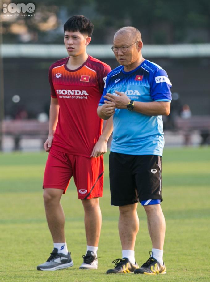 <p> HLV Park Hang-seo dặn dò riêng cho Đình Trọng. Hai thầy trò giao tiếp với nhau khá thoải mái.</p>