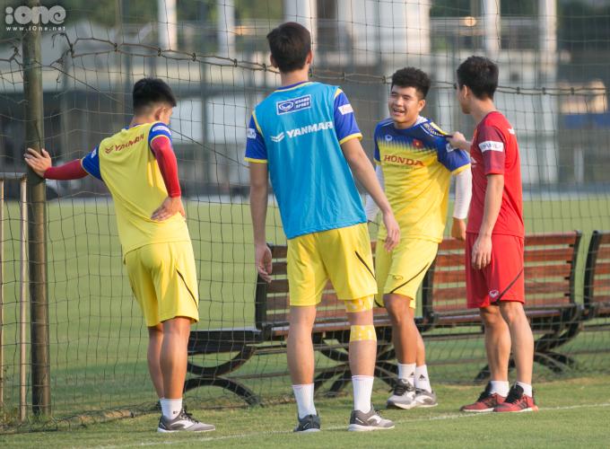 <p> 'Vựa muối' của đội tuyển Việt Nam Chinh 'Đen' chứng tỏ độ lầy lội trên sân. Chỉ mới tụ tập vài phút đồng hồ, anh đã khiến Đức 'Cọt' nổi điên.</p>