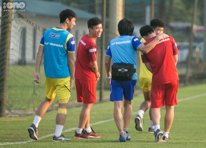 <p> Choi Ju-young là bác sĩ riêng gắn bó với bóng đá Việt Nam qua mối quan hệ thân thiết với HLV Park. Ông đang hỗ trợ điều trị cho hai tuyển thủ Quốc gia Văn Đức, Đình Trọng. Thầy Choi cũng giúp đỡ hồi phục cho các cầu thủ của ĐT U22 Việt Nam gồm Đức Chinh, Trọng Hùng, Trọng Đại.</p>