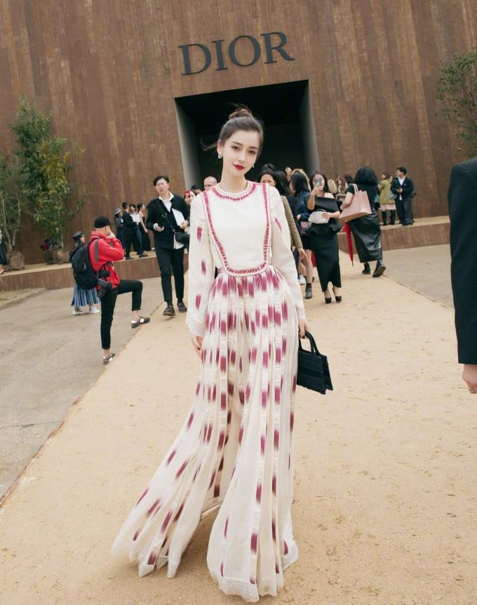 """<p> Nữ diễn viên - người mẫu vừa xuất hiện tại show thời trang thuộc khuôn khổ Paris Fashion Week. Bà xã Huỳnh Hiểu Minh là đại sứ của thương hiệu Dior khu vực Trung Quốc. Cô chia sẻ trên trang cá nhân những hình ảnh """"đẹp không tỳ vết"""" ở sự kiện.</p>"""