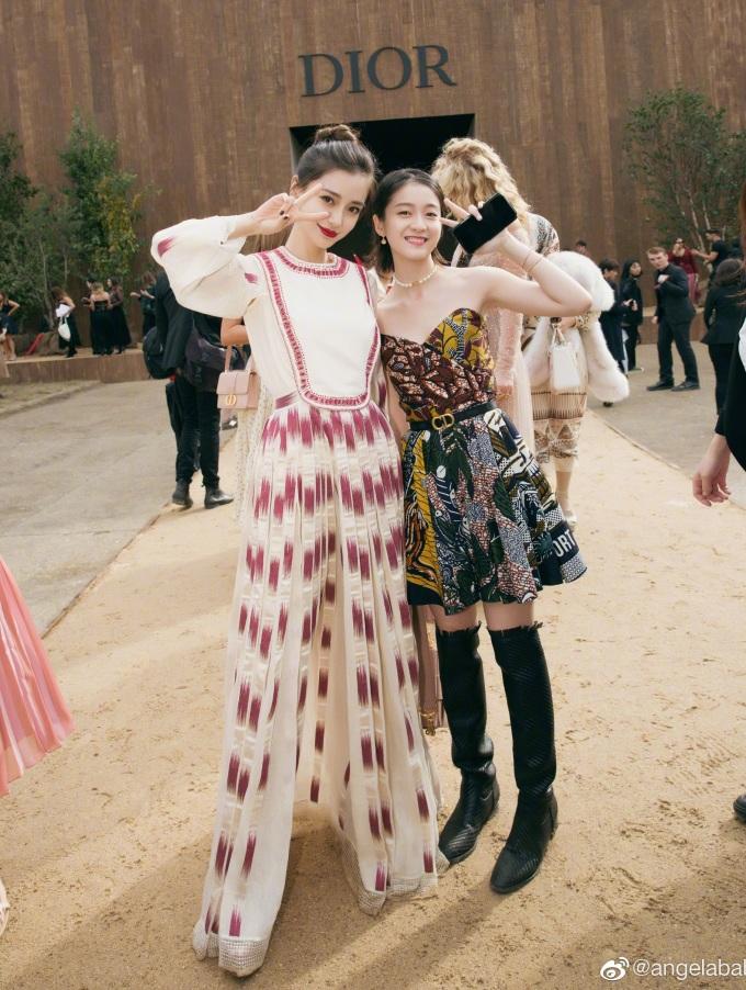 <p> Angelababy chụp ảnh cùng Trương Tuyết Nghênh. Nữ diễn viên sinh năm 1997 cũng góp mặt với vai trò đại sứ thương hiệu Dior tại khu vực Trung Quốc. Trương Tuyết Nghênh có phần lép vế so với đàn chị về vóc dáng, phong cách và thần thái.</p>