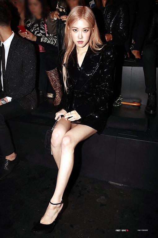 Rosé diện nguyên set hàng hiệu của Saint Laurent: áo khoácda Ready-to-wear Fall 2019, giày cao gót Betty Pumps In Patent Leather giá 845 USD, túi xách Kate Boxy giá 3.140 USD.