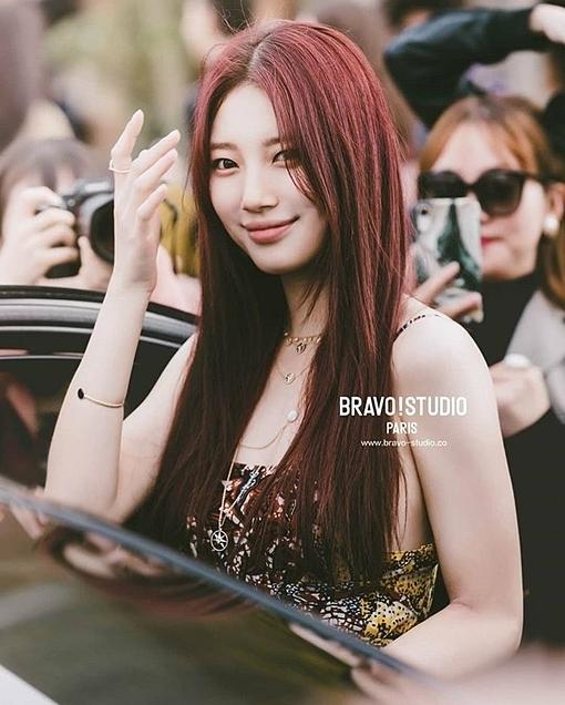 Nữ diễn viên thu hút sự chú ý dủa phóng viên và người hâm mộ cho đến tận khi rời sự kiện,lên ôtô trở về.