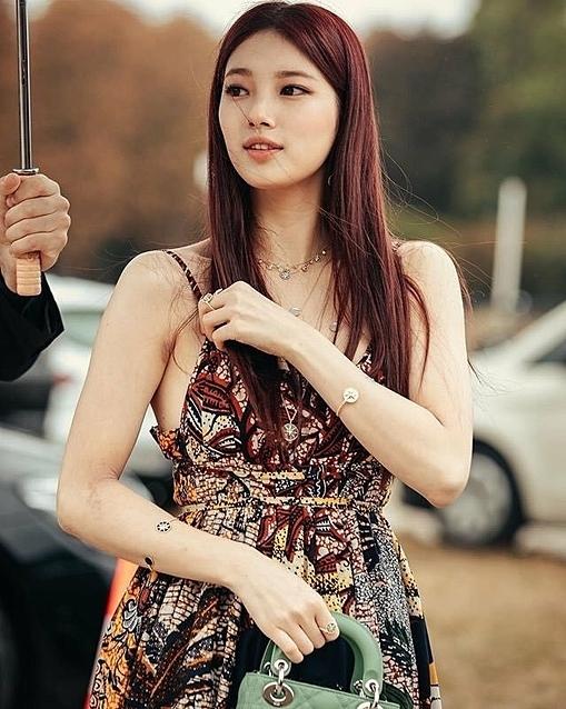 Những hình ảnh của Suzy tràn ngập các diễn đàn tại Hàn Quốc. Vốn gắn liền với hình tượng dịu dàng trong sáng, diện mạo gợi cảm này của người đẹp sinh năm 1994 khiến người hâm mộ bất ngờ. Từ khoá #Suzy liên tục vào top tìm kiếm ở Naver, chứng tỏ sức hút của
