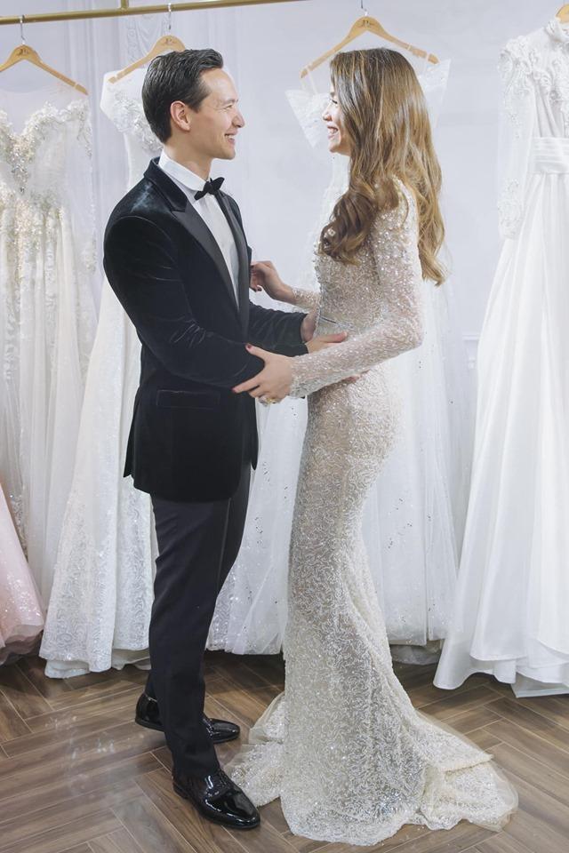 <p> Tham dự một sự kiện của NTK Anh Thư, Kim Lý và Hà Hồ cùng nhau mặc đồ cưới. Cặp đôi tay trong tay, chụp ảnh tình tứ.</p>