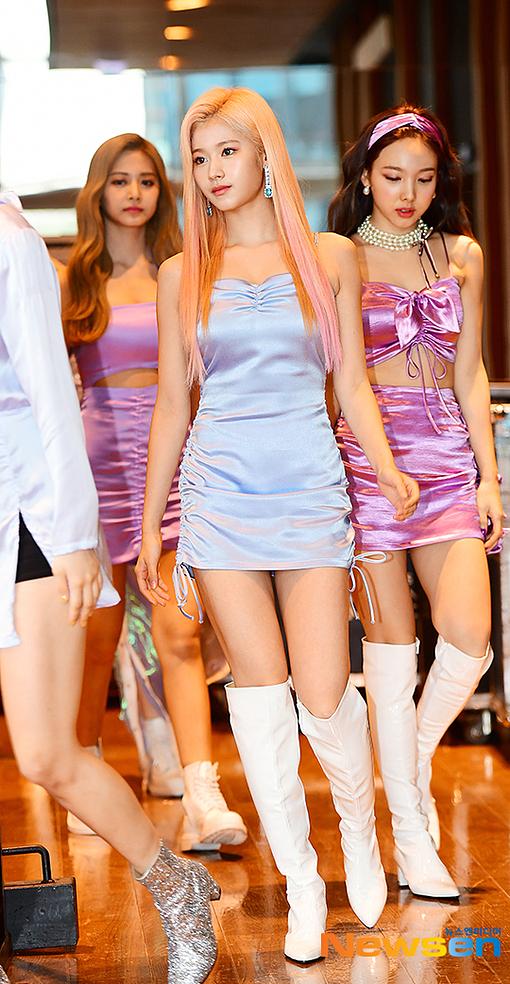 Tỷ lệ thân hình thon gọn của Sana khiến fan trầm trồ.