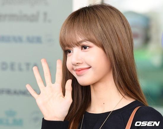Lisa khoe tỉ lệ hoàn hảo như búp bê khi ra sân bay