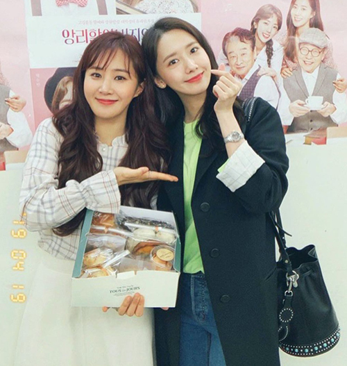 Chẳng kém cạnh Jessica, Yoona sở hữu cho mình kiểu túi bucket màu đen sang trọng giá 2.094 euro, tương đương 54 triệu của thương hiệu Prada.