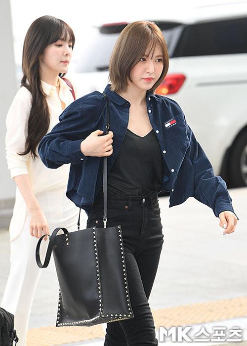 Wendy khỏe khoắn khi xuất hiện với chiếc túi tote đen đơn giản, có đính đinh tán quanh túi của Valentino, với thiết kế 2 quai vừa có thể mang vừa có xách tay giúp cô nàng tiện lợi khi di chuyển.