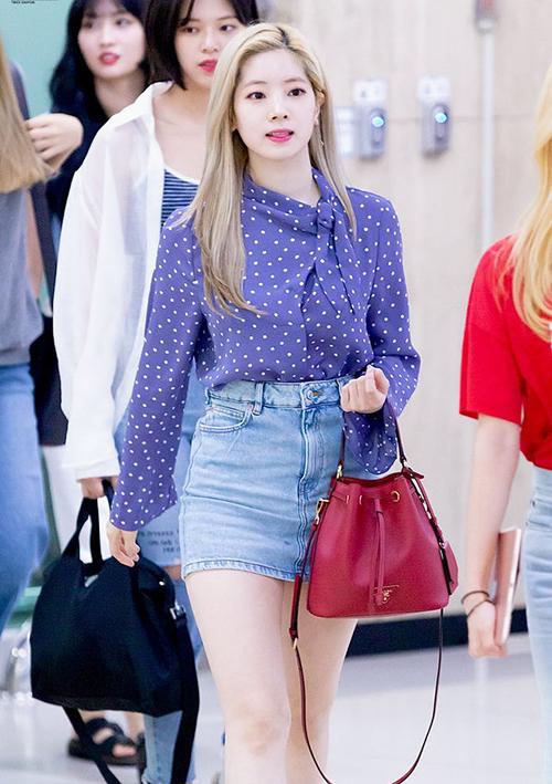 Túi bucket màu đỏ rượu vang giá 1.645 USD, xấp xỉ 38,3 triệu đồng của Prada từng được Da Hyun chọn diện tại sân bay. Một mẩu của nhóm Twice đeo túi ở khuỷu tay thay vì đeo vai hay cầm trên tay như các idol khác.