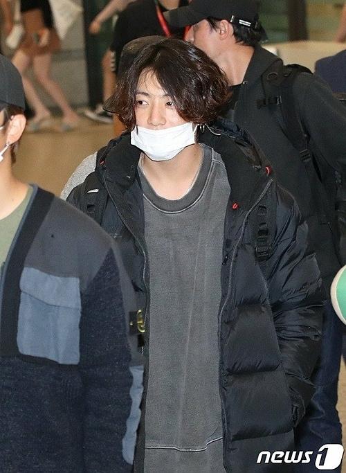 Jung Kook tại sân bay về Hàn ngày 24/9.