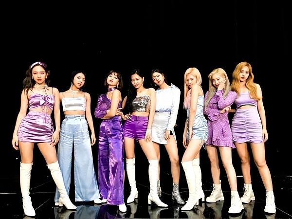 Trong màn comeback Feel Special, Twice theo đuổi concept cổ điển mang hơi hướng thập niên 90. Bên cạnh những ý kiến khen ngợi, một số netizen cho rằng nhan sắc các cô gái đã cứu vớt những bộ cánhxấu xí, kỳ quặc này.