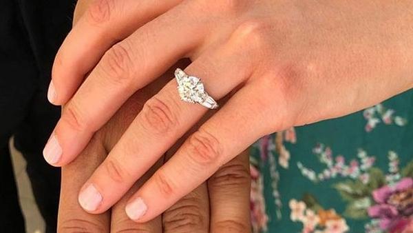 Mapelli Mozzi cùngthợ chế tác người Anh -Shaun Leane -đã thiết kế chiếc nhẫn của Beatrice.