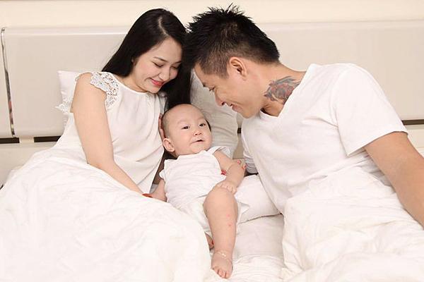 Sáu tháng sau khi kết hôn, Tuấn Hưng - Thu Hương chào đón con trai đầu lòng, tên thật là Nguyễn Trần Khánh Anh. Bé có tênở nhà là Su Hào.