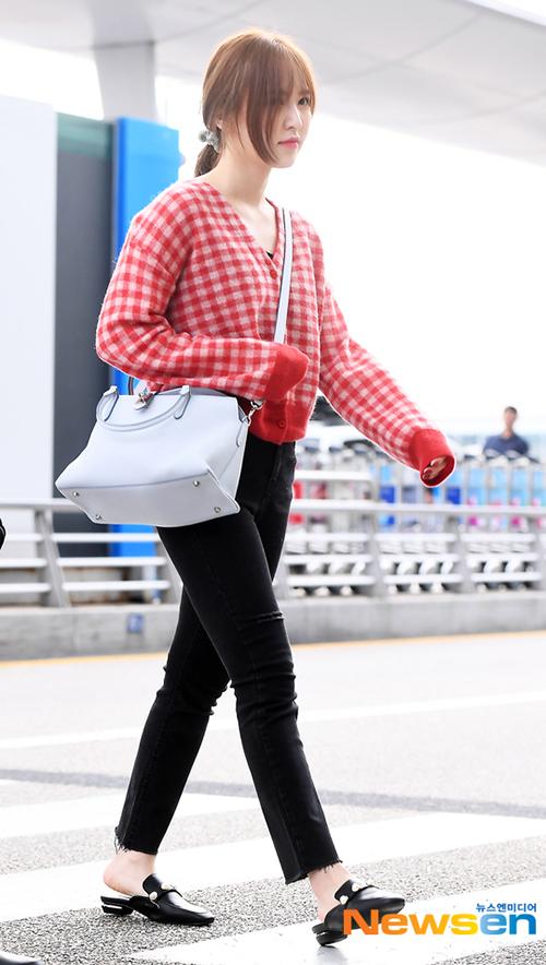 Wendy diện áo cardigan đỏ xinh xắn. Cô nàng tiếp tục trung thành với kiểu túi rộng rãi, tiện dụng.