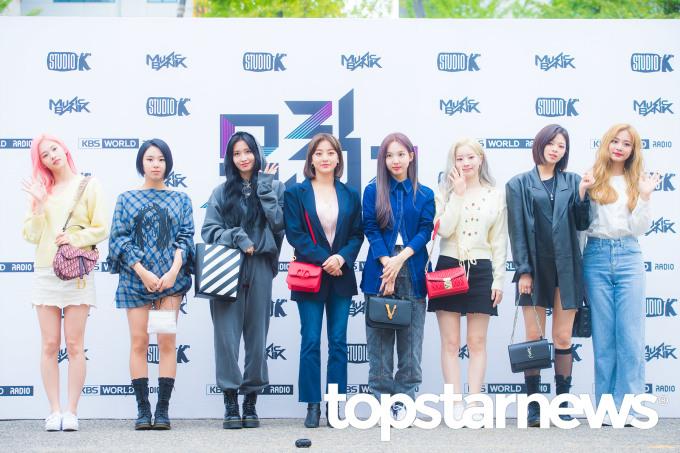 <p> Toàn cảnh diện mạo tươi tắn của các cô gái Twice sáng nay. Netizen kết luận, girlgroup JYP đang ở thời kỳ đỉnh cao nhan sắc. Những khoảnh khắc thường ngày cũng lung linh như ảnh tạp chí.</p>