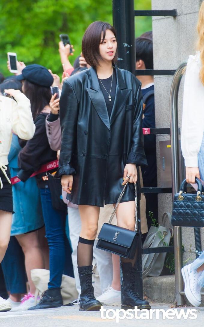 <p> Jeong Yeon diện style all-black thời thượng.</p>