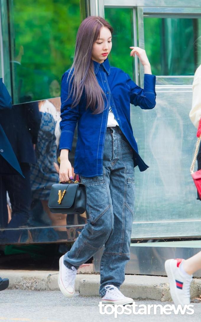 <p> Na Yeon nhuộm tóc highlight xanh tím, tông xuyệt tông với set đồ năng động.</p>
