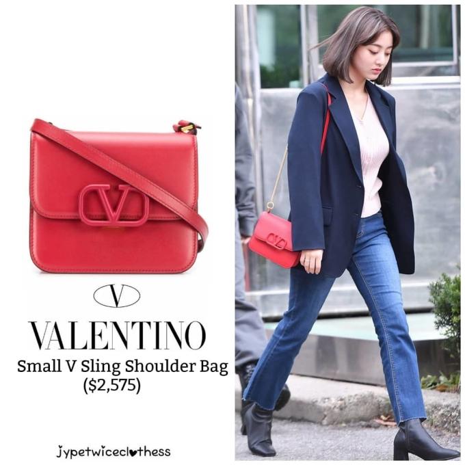 <p> Ji Hyo chọn chiếc túi đỏ, thiết kế tối giản nhưng giá không hề nhẹ nhàng của thương hiệu Valentino. Sản phẩm này có giá 2.575 USD (khoảng 60 triệu đồng).</p>