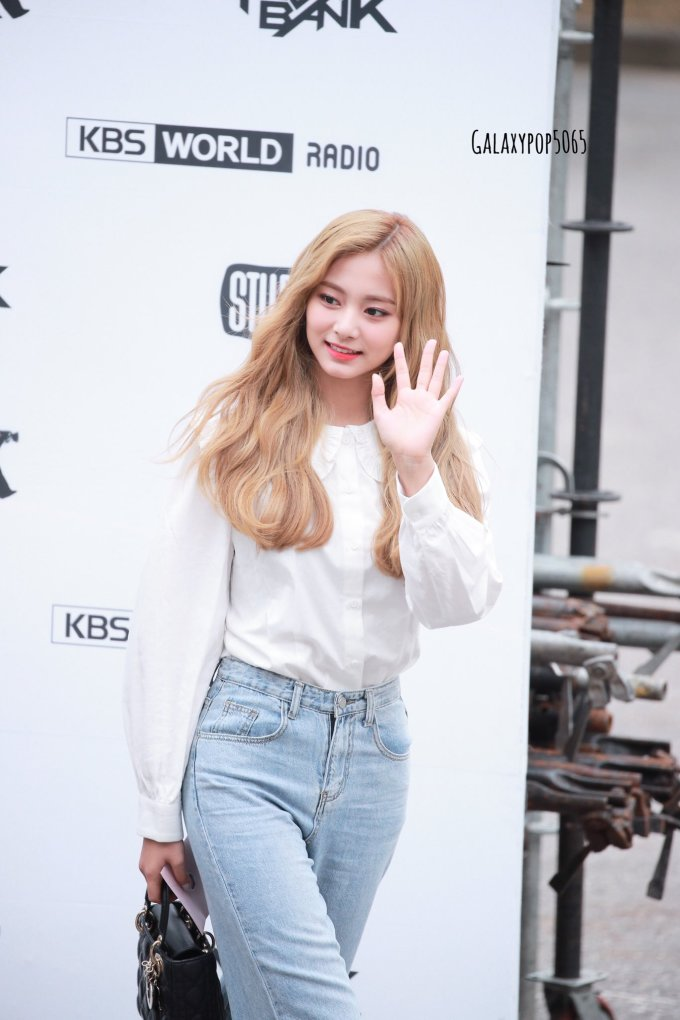 <p> Trong set đồ đơn giản, Tzuyu vẫn tỏa sáng. Netizen dành nhiều lời khen cho kiểu tóc lượn sóng nhuộm màu nâu sáng, cho rằng đây là diện mạo xinh đẹp nhất của Tzuyu trong 2019.</p>