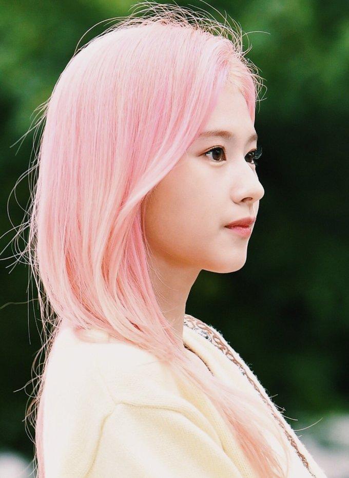 <p> Góc nghiêng xinh đẹp của Sana. Trong màn comeback này, visual của nữ idol Nhật Bản nhận được phản ứng tích cực từ người hâm mộ.</p>