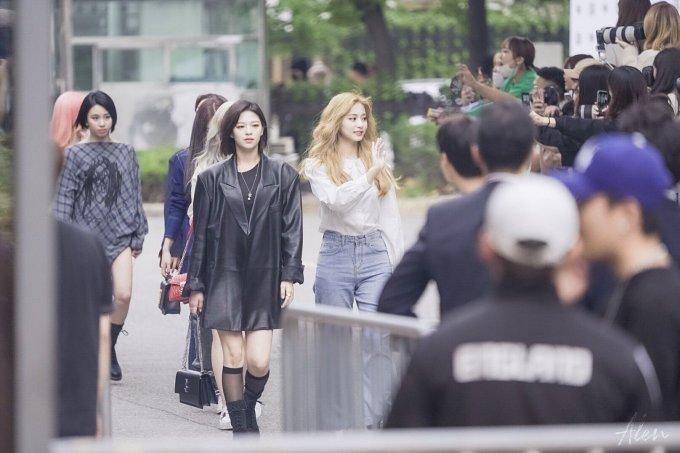 <p> Từ sáng sớm đã có rất nhiều phóng viên và người hâm mộ tập trung chờ đợi Twice phía ngoài trường quay.</p>