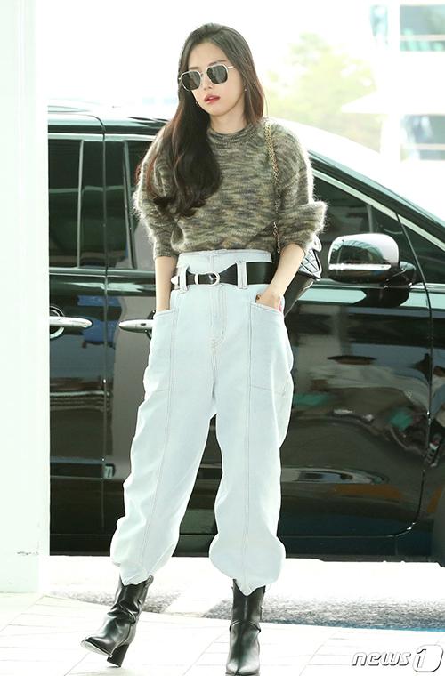 Na Eun thu hút ánh nhìn bằng kiểu quần cạp cao - item được dự đoán trở thành xu hướng trong thời gian tới.
