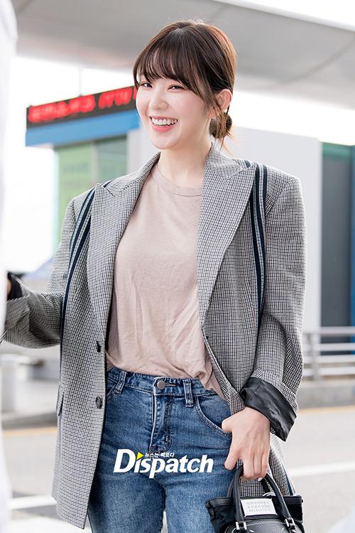 Irene xuất hiện với hình tượng tươi tắn, liên tục nở nụ cười với các phóng viên. Trưởng nhóm Red Velvetbúi tóc thấp đơn giản.