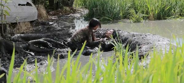 Nữ diễn viên vật lộn dưới bùn.
