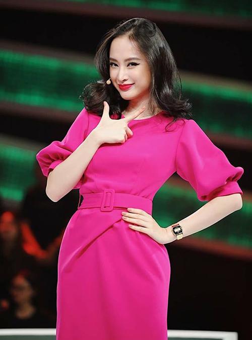 Angela Phương Trinh cũng nổi tiếng chuộng đồ tông hồng, giúp tôn lên vẻ đẹp kiểu tiểu thư và làn da trắng.