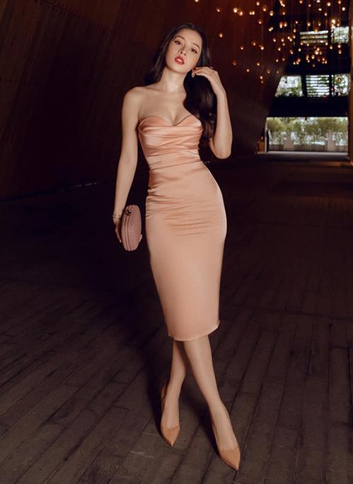 Không có chiều cao chuẩn mẫu nhưng Chi Pu sở hữu vóc dáng lý tưởng. Đường cong đồng hồ cát với eo thon, hông nở giúp nữ ca sĩ - diễn viên chinh phụcđược những kiểu đầm kén dáng.